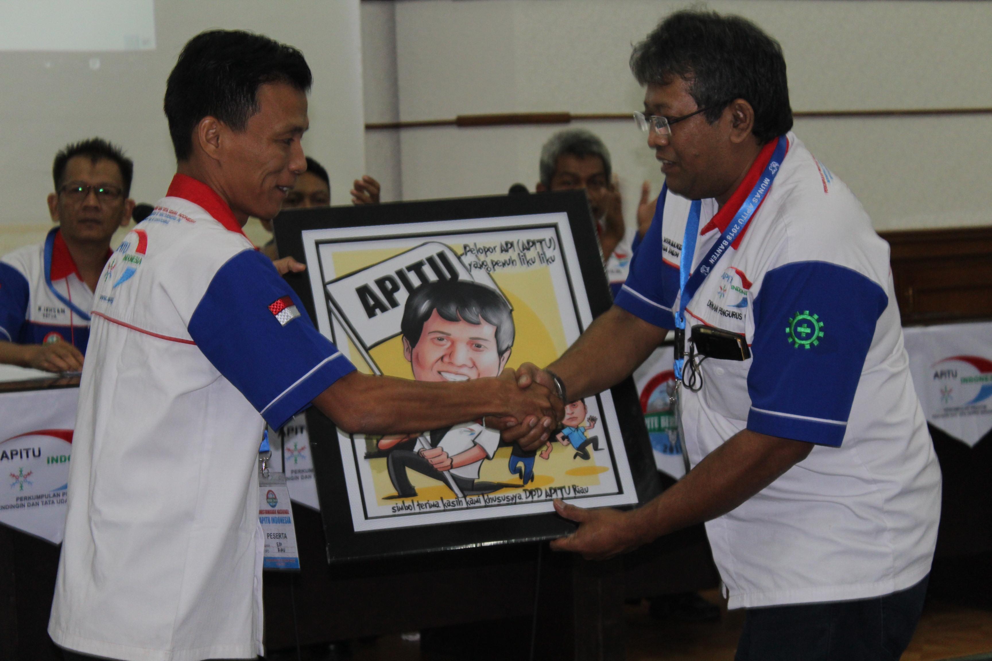 Drs Wirnando diberi kenang-kenangan Oleh Peserta Munas
