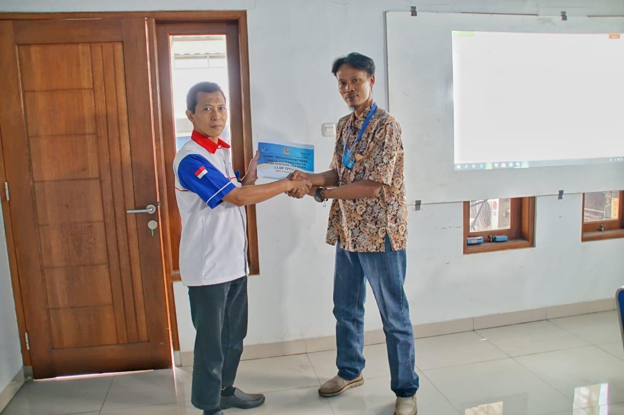H. Moch Zainul  Arifin (kiri)  H. Nur  Ekhwan  (kanan)